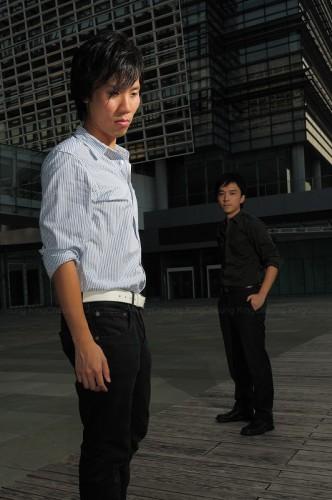 燈光集中於前方的模特兒,後方的模特兒明顯較暗