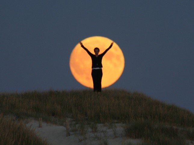 利用長焦可以令背景的月亮變大!