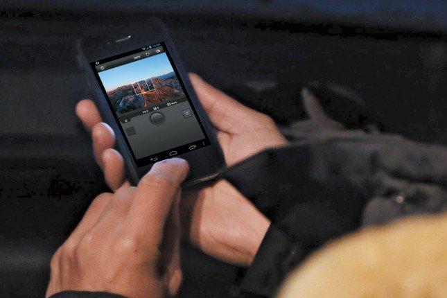 拍攝日落時,先將EOS 6D 於戶外放置好,藉著相機內置Wi-Fi,攝影師可透過EOS Remote App於四驅車內遙控相機即時顯示拍攝多張相片,便不用在戶外捱冷。