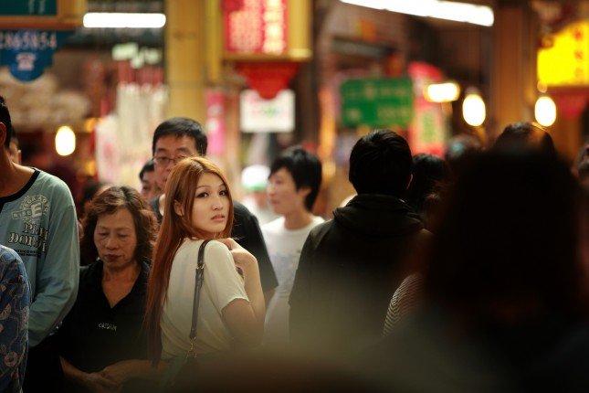 人群中與Model眼神的交會影像,會有不一樣的感受。