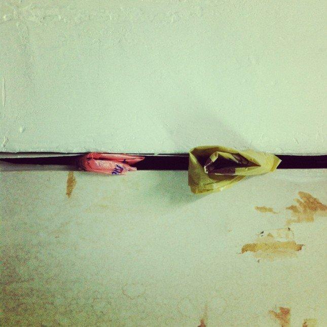 在 - 普通的膠袋自然地存在在傢俬間的罅隙