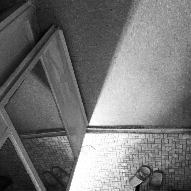 透﹣光線地地上走動,與鏡子一起構成抽象的一刻