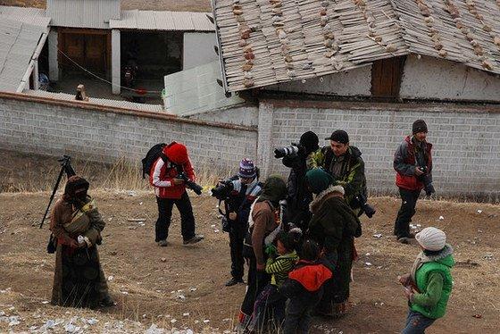 藏族女人和她們孩子的站姿,孩子被保護在裡面