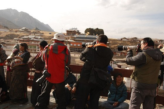 再繼續,請注意藏族女人的表情和臉的朝向