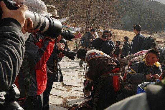 總有人堅持不了,藏族大娘彎身離開