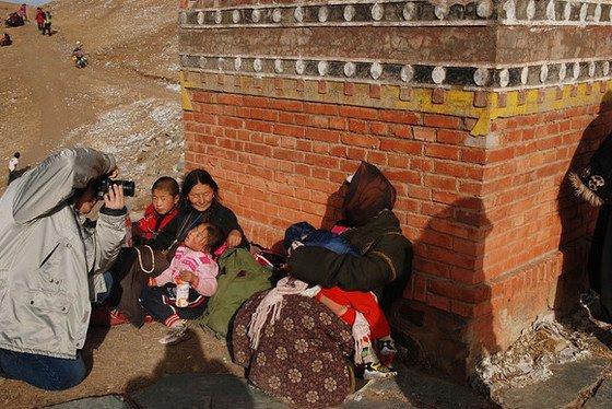 """這並不代表""""影友""""會放棄,轉著去拍旁邊抱著孩子的藏族人,""""影友""""離藏族人的距離,是一步還是兩步?算偷拍?"""