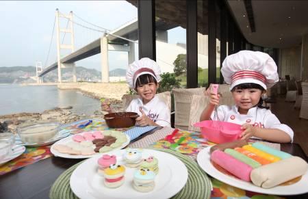 智高小廚神 - 小朋友與爸媽一同參加親子廚藝班,一邊欣賞美景,一邊親手炮製得意造型的西式甜點。