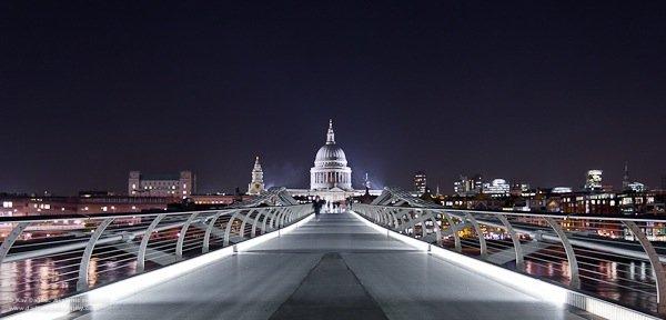 這張相片是在倫敦的千禧橋拍攝,大多數時間那裏也是濟滿遊客的,在等了個多小時,突然有一刻的安靜可以讓我拍下這張相片。