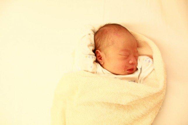 (相片12) 大片的白色背景,總共加了+1EV,否則寶寶的臉會相當暗沉,此時不用太介意畫面週邊的過曝
