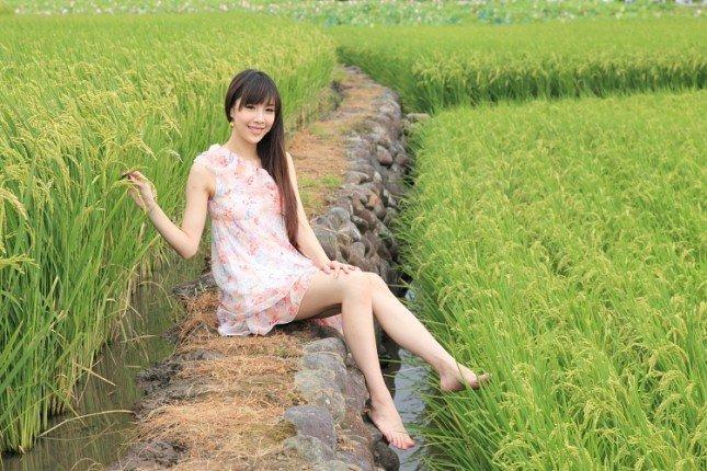 鄉間綠稻田可以呈現很純樸的氣氛,這時赤腳似乎更顯得自然一些