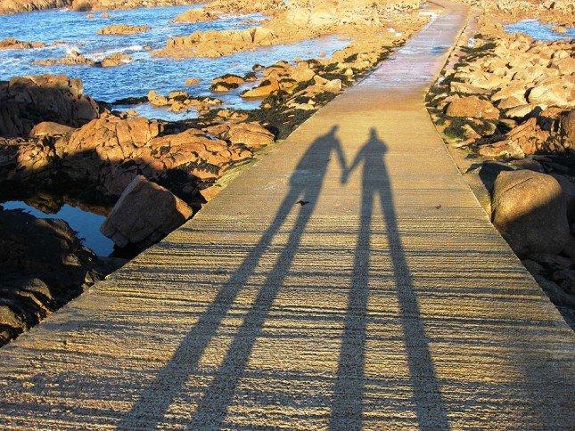 (3) Jersey燈塔下的人影。Picture: Caroline Davis