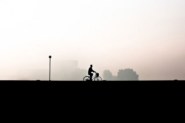 (7) 北韓平壤一個踏單車的人。Picture: Matt Paish