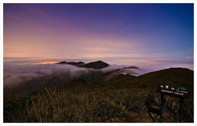 01- 雲霧繚繞 凌晨時份上到山頂,頭上盡是漫天星光,  腳下雲霧慢慢形成,如潮水在山間流動。  拍攝資訊: F2.8, 30S, ISO160