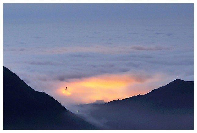03- 雲海大佛 洶湧的浪潮把近百尺的大佛圍繞住。 拍攝資訊: F4.5, 15S, ISO280