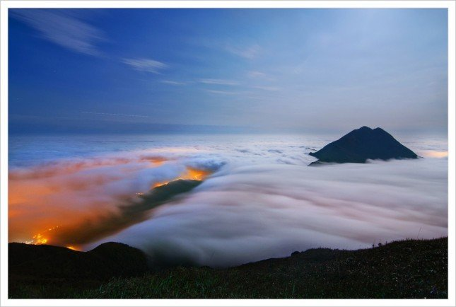 05- 鳳凰雲海  雲霧浸滿山頭,只有鳳凰山露出山峰。  拍攝資訊: F4, 25S, ISO200
