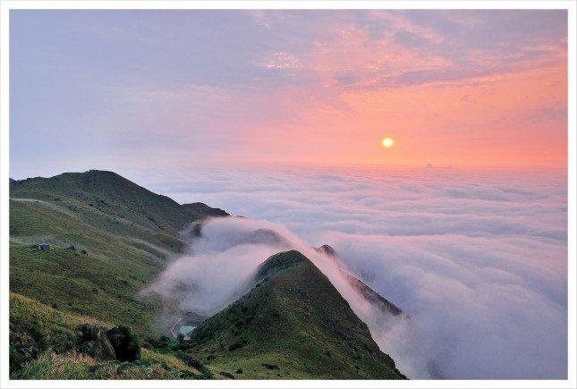 06- 日出雲海  金光燦爛的太陽從厚厚的雲層爬上來,  把雲彩都渲染了金黃色。  拍攝資訊: F8, 1/25S, ISO100
