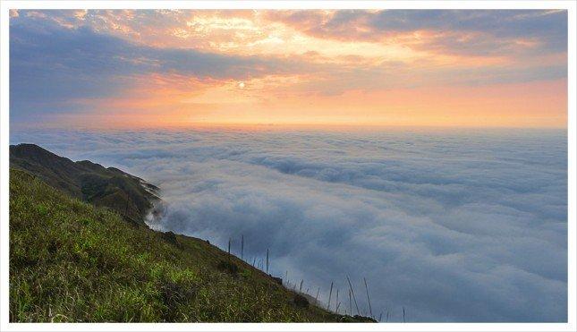 07- 神光綻放  太陽躲在鱗雲背後, 發射出強烈的雲隙光。  拍攝資訊: F22, 10S, IS50