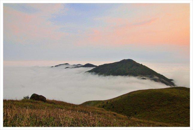 08- 三山台 三連山峰浮在白雲之上,如幻似真。 拍攝資訊: F8, 1/160S, ISO100