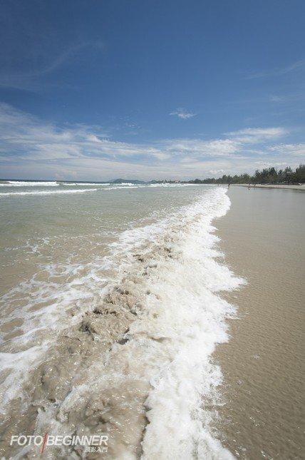 靠低拍攝,可以帶出海浪的形態。