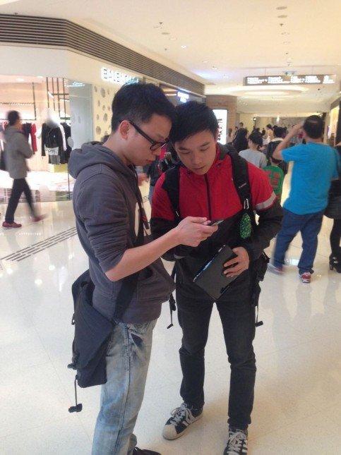 導師正努力解答同學利用手機拍攝的問題。