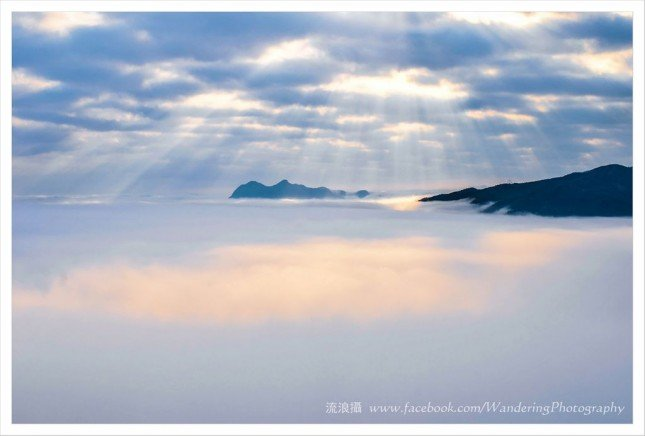 金黃色的雲隙光灑在雪白的雲海上