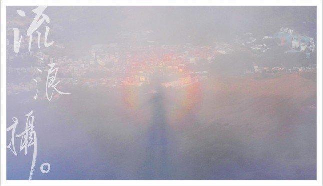 佛光如彩虹包圍著身影