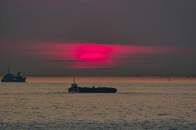 利用長焦把夕陽拍得更大。(Photo by halfrain)