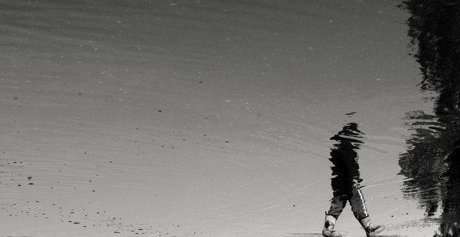 在水上行走的小孩? Photo by Rudolf Vlček
