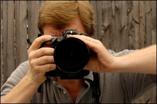 錯誤的姿勢,千萬不要這樣拿相機!