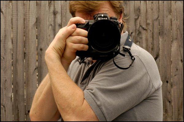 由攝影大師 Joe McNally 示範終極手持相機而保持穩定的方法!