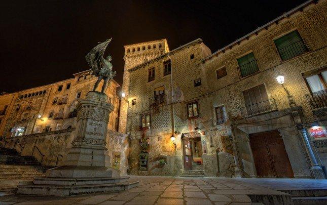 有了三腳架,拍攝夜間的街頭也可以專業起來!上圖有使用了HDR的技巧。 Photo by {link:https://www.flickr.com/photos/marcp_dmoz/5394792653}Marc{/link}