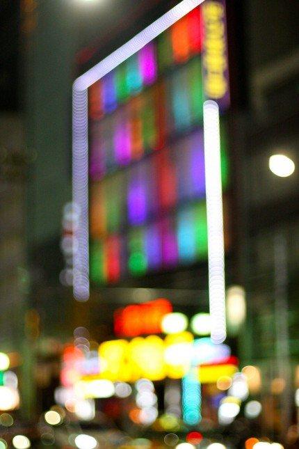 手動對焦可以讓你把街頭的霓虹光管拍成散景,很特別的! Photo by {link:https://www.flickr.com/photos/pagedooley/6782364685}Kevin Dooley{/link}