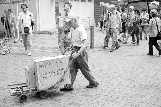 街拍又怎樣可以少了黑白相片呢?便用了豐富色彩單色的濾鏡,很容易便拍出漂亮的黑白效果! (f/4 ISO100 1/200s +0.3EV)