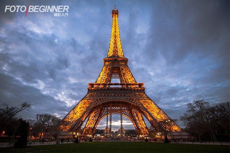 利用全片幅下16mm的超廣角,可以把建築物拍得更有氣勢。