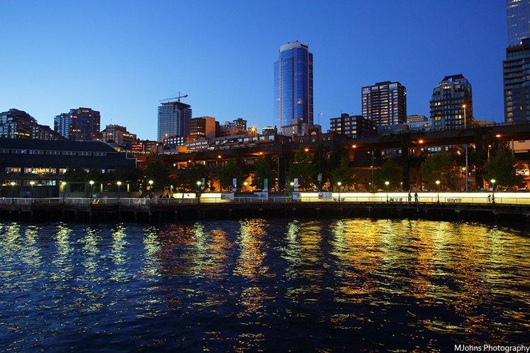 入夜時分,色色分明的極致記錄下波光粼粼的水岸風情