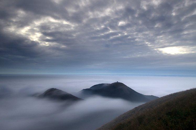 利用 ISO100 加上 20秒 的慢快門可以讓雲海更有詩意。 (Photo by Max Chu)