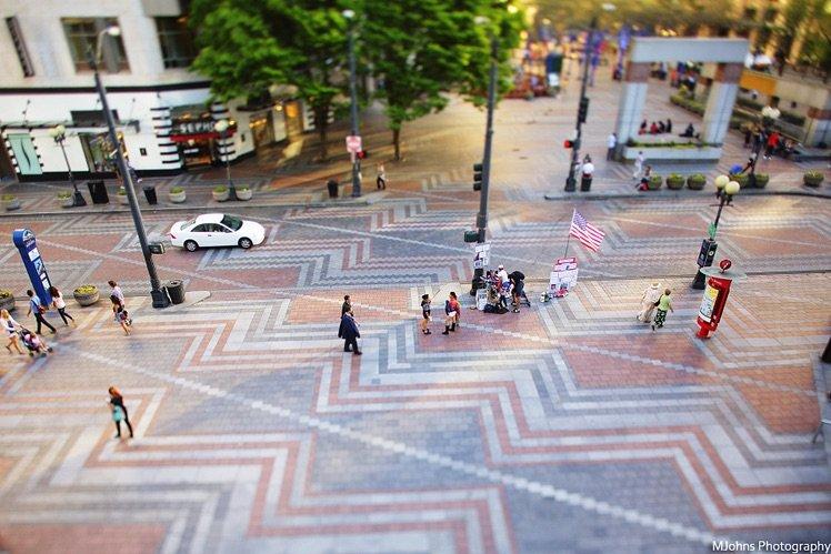 在購物中心樓上俯視特色的花紋地磚的街道,開放光圈改變對焦平面拍攝