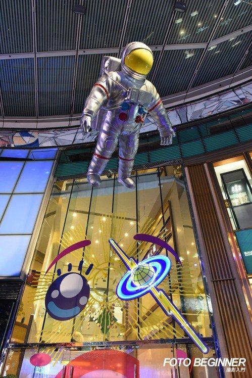 巨型的太空人公仔懸掛在天花,很有氣勢!