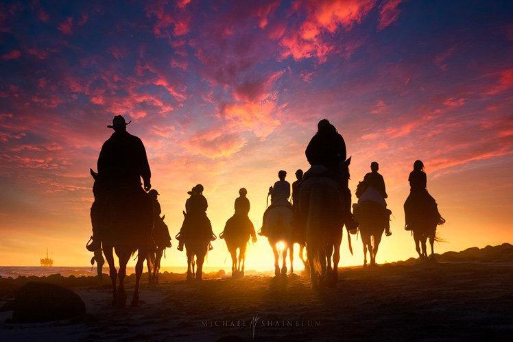 多參考別人精彩的作品可以引發拍攝的興趣! Photo by {link:https://500px.com/photo/94373519/sunset-riders-by-michael-shainblum}Michael Shainblum{/link}