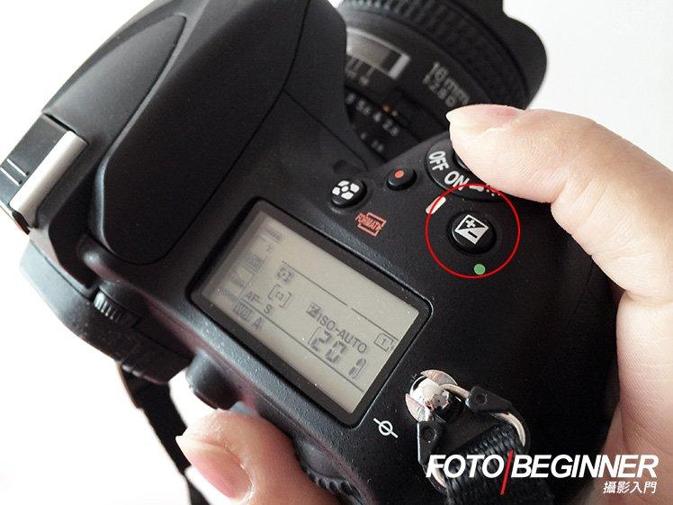 大部分的相機也會有+/-EV曝光補償按鈕。