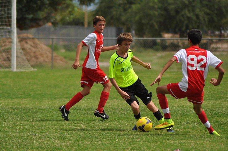 例如在拍攝足球比賽時,利用AF-On來對焦可以避免對焦落在遮擋的球員身上。
