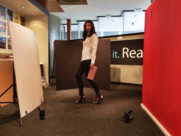 設定:一幅白色反光板、一塊 V 形黑色板和一幅紅色牆,加上兩支閃燈。 (Photo by Nick Fancher)