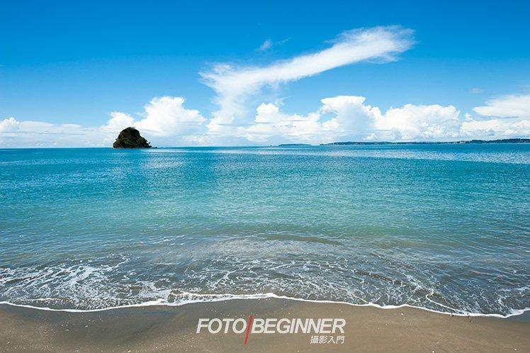 即使現場沒有一個明顯的前景,找來沙灘的一邊和小浪花當前景也未嘗不可。