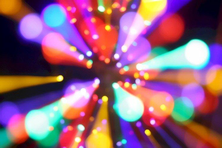 對著燈光作 zoom burst 會產生有趣漂亮的效果! (Photo by {link:https://www.flickr.com/photos/jahdakinebrah/316073053/}jah~{/link})