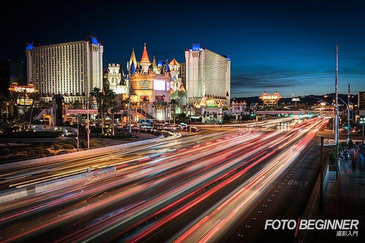 利用 快門線、B 快門 和 黑卡 可以拍出豐富的車軌相片!