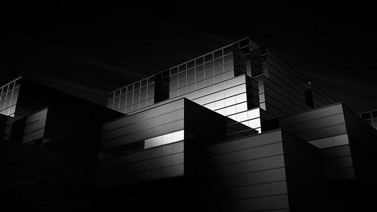 利用黑白效果捕捉建築物的光暗,會帶出另一番風味! Photo by Jin Mikami
