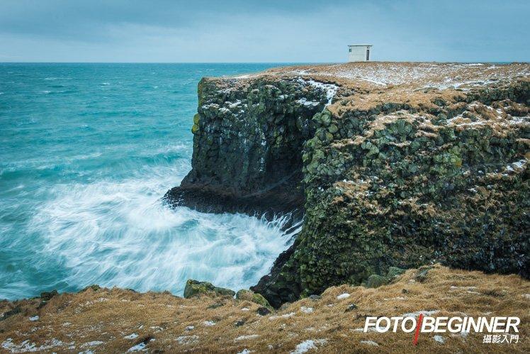 受著強風到懸崖拍攝,才可以拍到氣勢迫人的浪花。