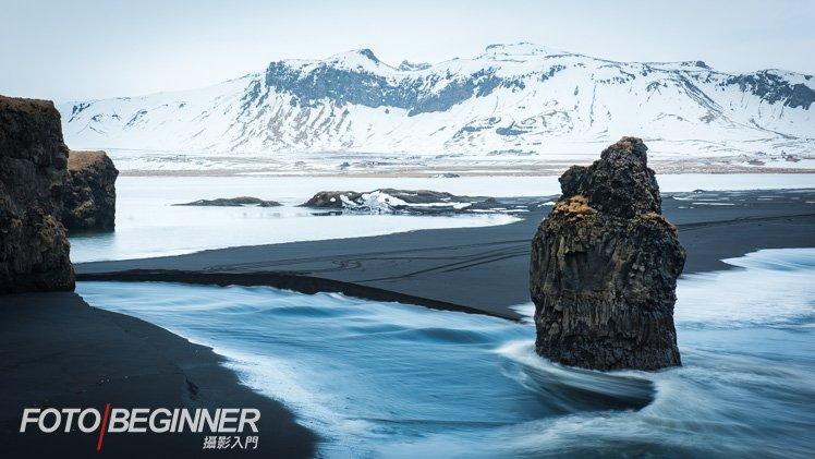 黑沙、雪山、藍浪,形成一幅漂亮的相片。