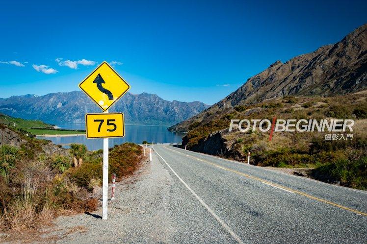 在相片加入一個突出的黃色路牌,比只拍攝背後的藍天白雲更豐富