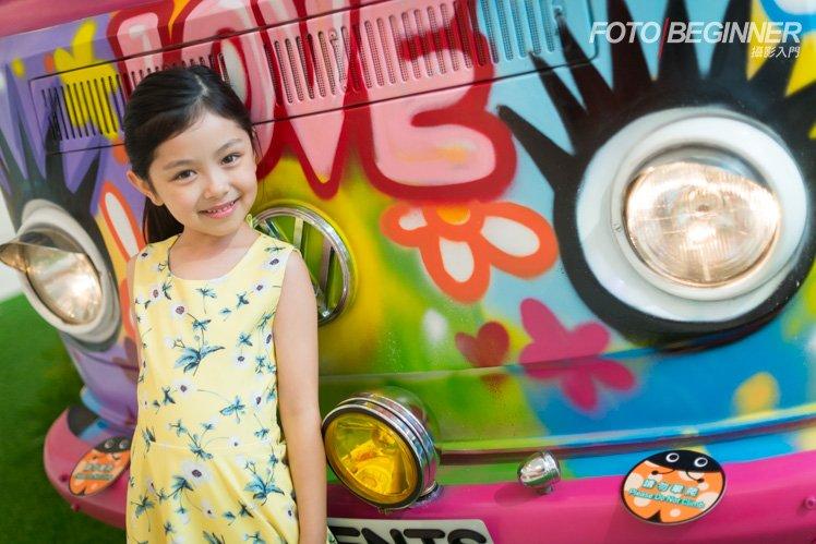 利用 A-Mode 配合 +/-EV,已經可以把小朋友和背後色彩繽紛的 Graffiti 休旅車準確曝光了!